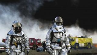 消防士 トレド オハイオ州 煙 煙のような 救助工作車 自然 外 ブラック スーツ マスク