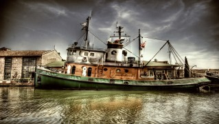 old_fishing_boat_in_harbour-wide
