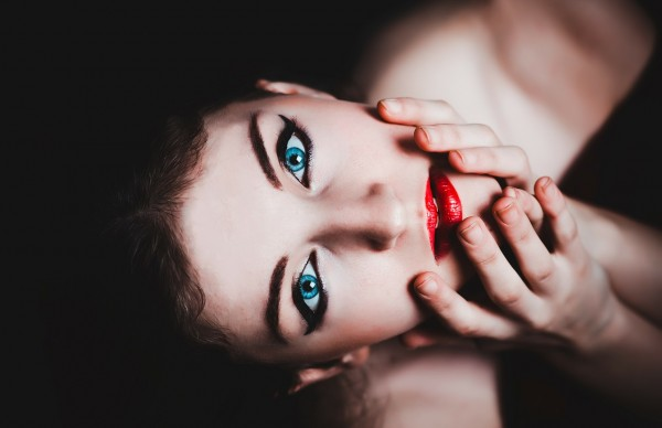 青い目 女性 化粧 モデル 赤い口紅 官能的です タッチ かわいい 深い スタジオ
