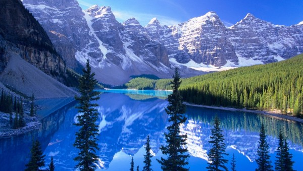 Beautiful-Lake-with-Mountains