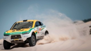 Mitsubishi-4x4-Racing-in-the-Desert