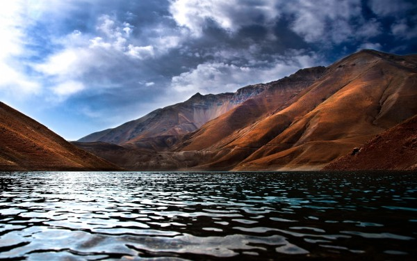 Mountains-View-From-Inside-the-Lake