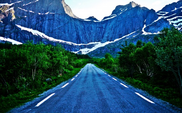 Road-Toward-the-Mountains