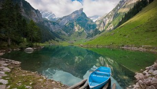 Rowing-Boat-with-Mountain-Lake